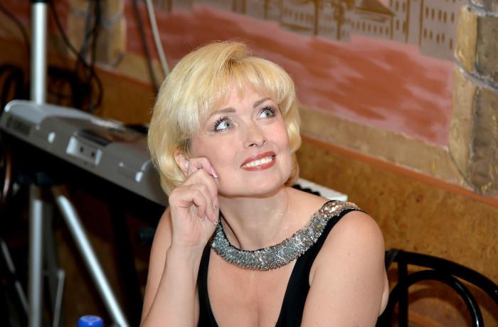 Ведущая           Елена Неклюдова